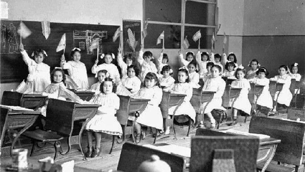 Guiada por los principios del Higienismo, a fines del siglo XIX y parte del XX, las medidas de las ventanas de las aulas eran calculadas para optimizar la ventilación, el cruce de corrientes de aire y las horas de sol para los alumnos.