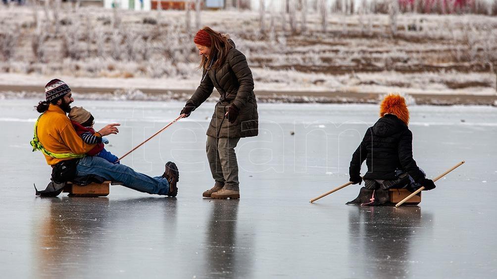 Las autoridades de Santa Cruz insistieron en la necesidad de que la gente evite transitar o patinar sobre espejos de agua congelados.