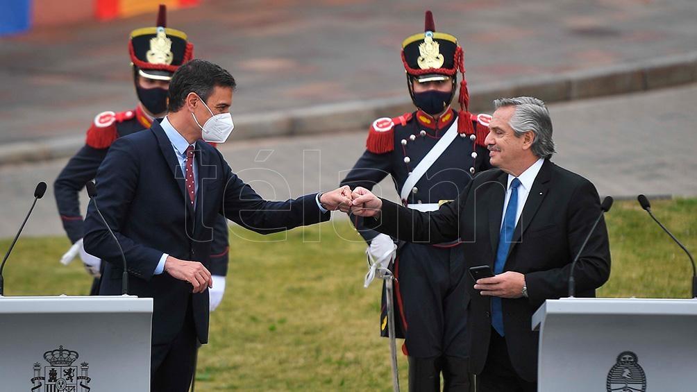 El jefe del Gobierno de España destacó el aporte del presidente argentino en relación a declarar las vacunas como un bien global.