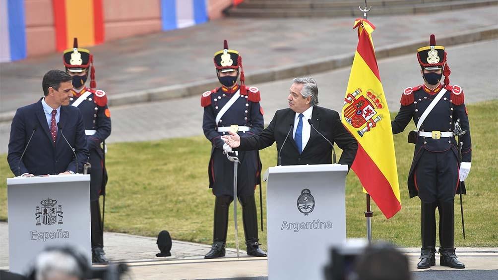 O presidente Alberto Fernández (esq.) e o chefe de Governo da Espanha, Pedro Sánchez
