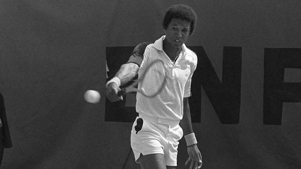 Arthur Ashe falleció a los 49 años. Contrajo el virus en una transfusión.