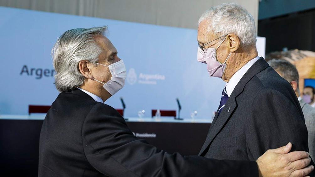 Alberto Fernández junto al exjefe del Estado Mayor General del Ejército y exembajador en Colombia Martín Balza