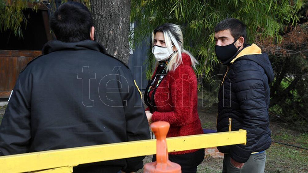 La mujer se encuentra en el predio de la Ceamse ubicado en la localidad de José León Suárez para presenciar un nuevo rastrillaje. Foto: Daniel Dabove