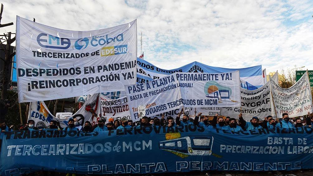Con el respaldo de movimientos sociales y partidos políticos de izquierda, participaban trabajadores despedidos de numerosas empresas tercerizadas.