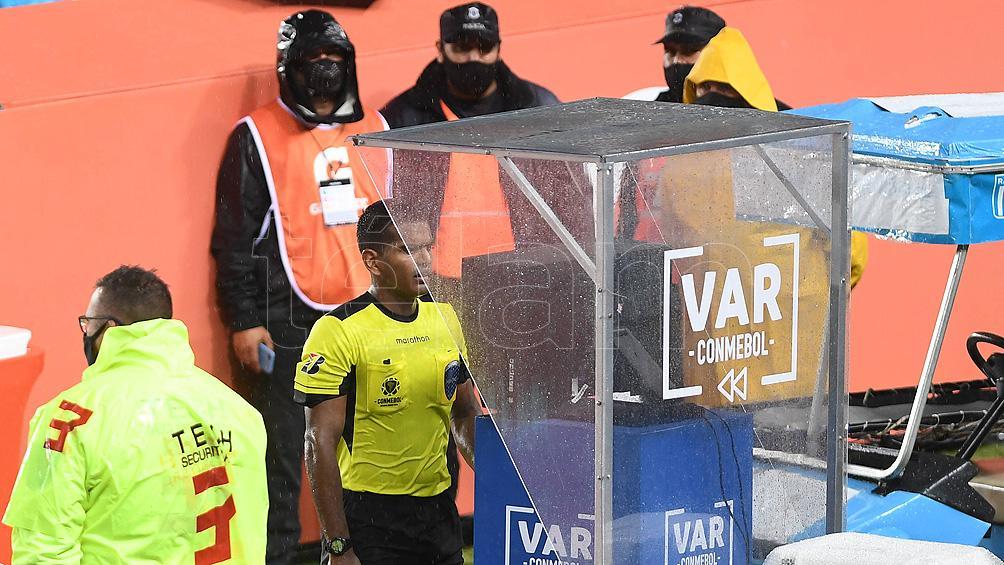 La Conmebol aclaró que la mano de Thiago Silva no fue penal para Perú