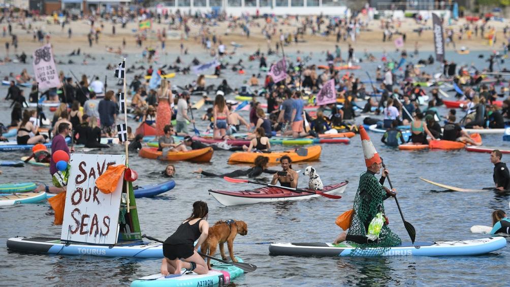 Surfistas protestaron ante el G7 pidiendo por la protección ambiental de los océanos.