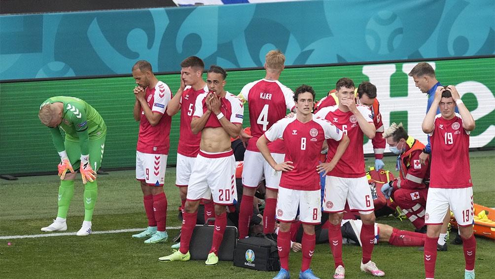 El danés Eriksen se desvaneció durante el partido.