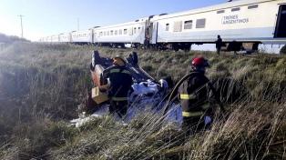 Un auto fue embestido por un tren y murió uno de sus ocupantes