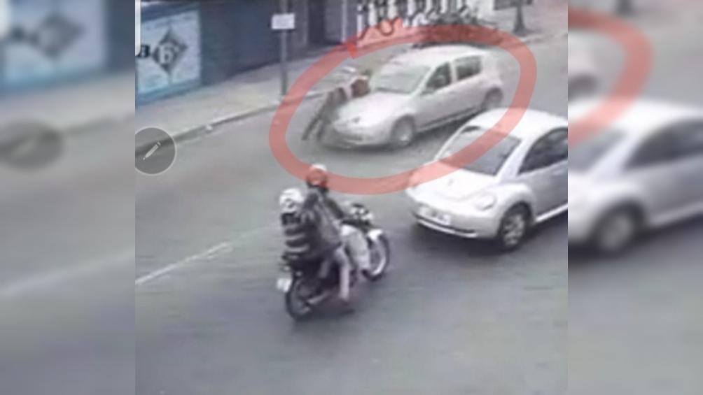 Atropelló y arrastró a un agente de tránsito y se investiga si conducía un auto robado.