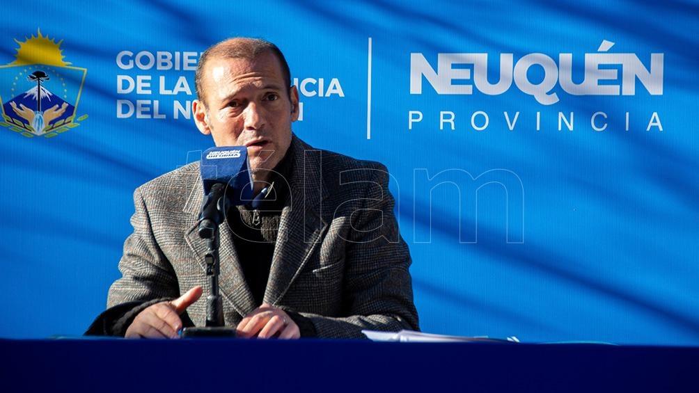 """El gobernador Omar Gutiérrez en conferencia de prensa informó que comenzó la vacunación """"libre, voluntaria y abierta para los que tienen domicilio en la provincia""""."""