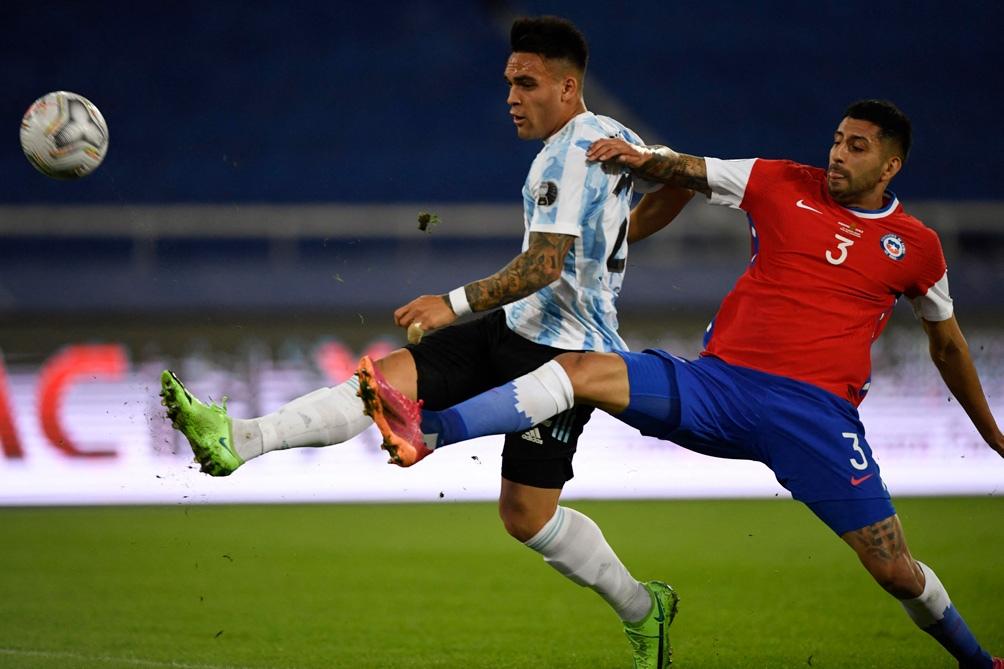 Lautaro Martínez, referencia de gol en el arco chileno, junto a Nicolás González generaron peligro en la primera parte