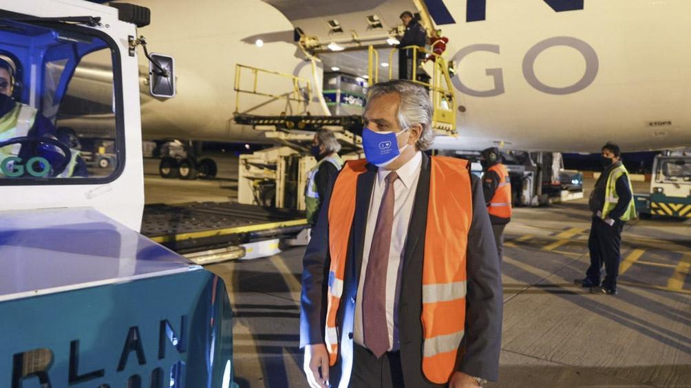 El presidente Alberto Fernández encabezó la comitiva que estuvo en Ezeiza para recibir al vuelo.