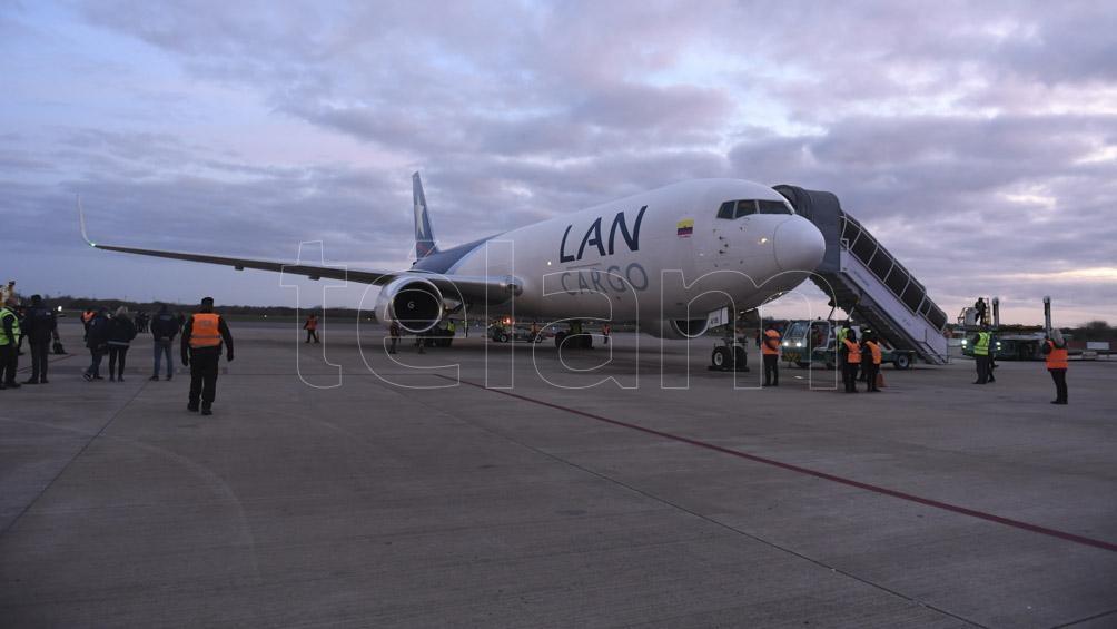 Las vacunas llegaron en el vuelo de LATAM AM1407.