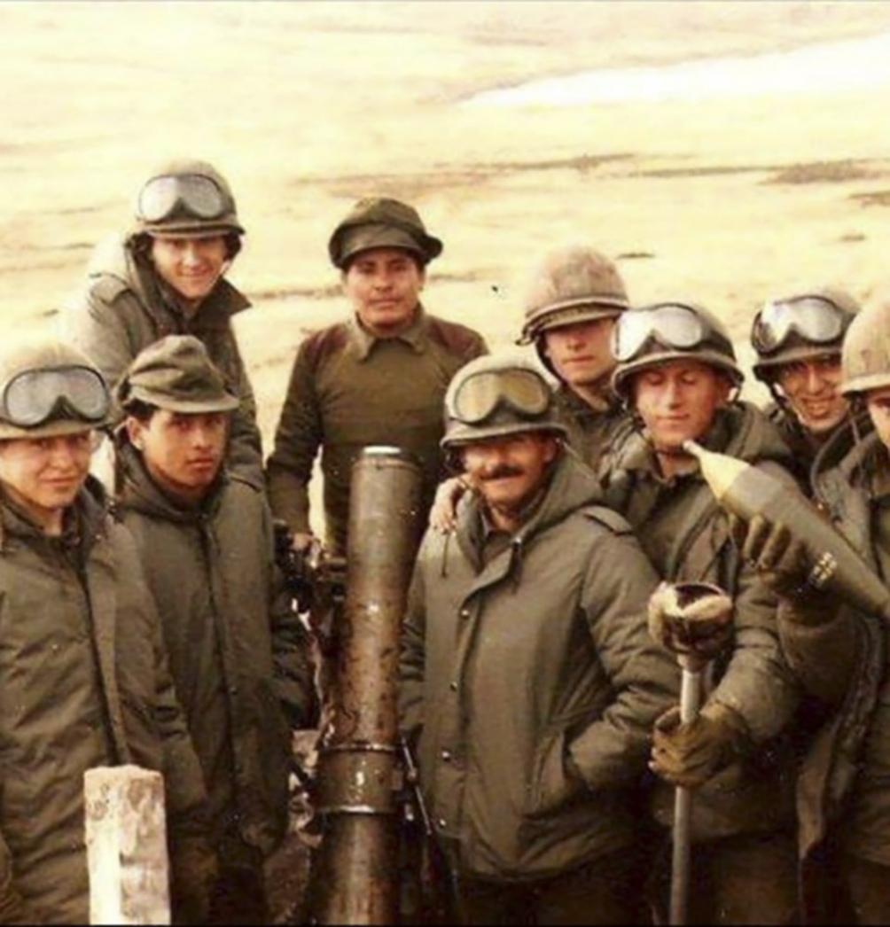 Raninqueo junto a sus compañeros soldados.
