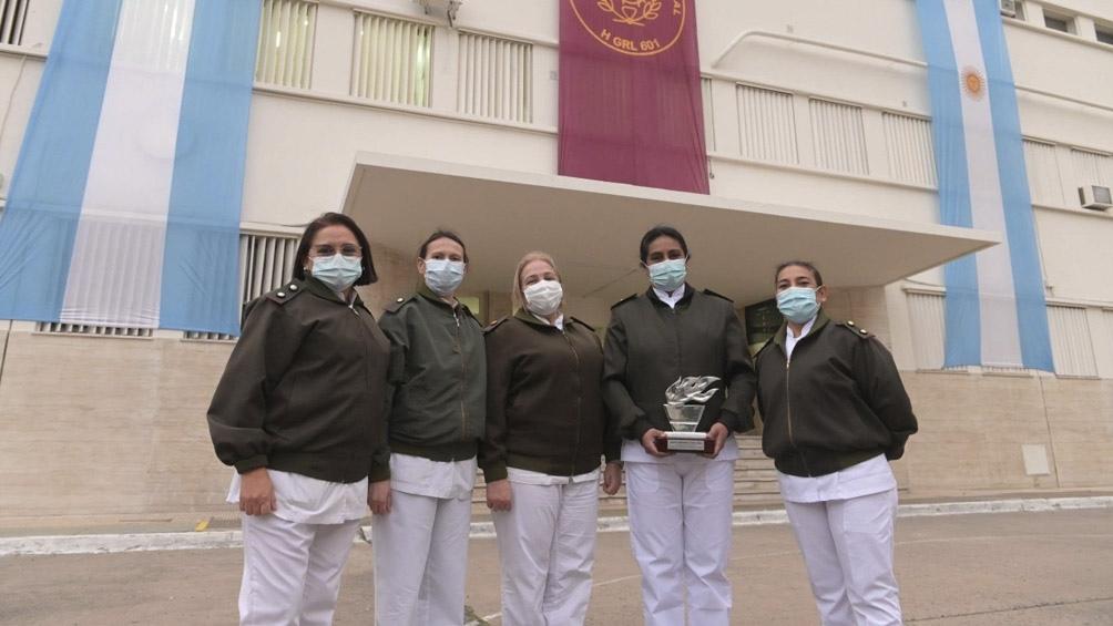 Distinguen a una enfermera del Hospital Militar por su lucha contra el Covid-19.