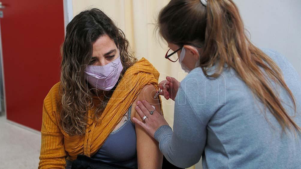 Se acelera la campaña de vacunación: inmunizan sin turnos previos y a grupos jóvenes.
