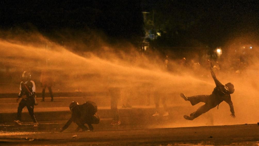Los enfrentamientos se iniciaron en la noche del jueves, cuando policías trataron de dispersar a encapuchados.
