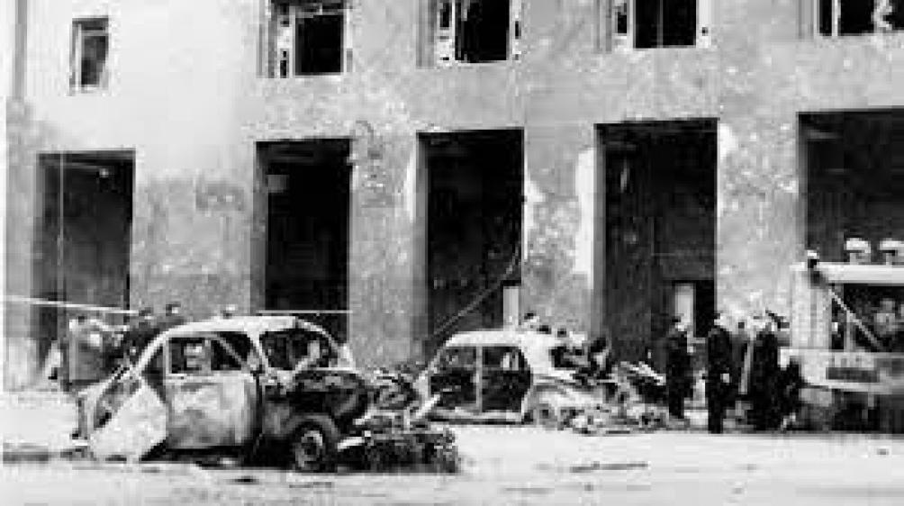 El bombardeo de la marina sobre la Plaza de Mayo de Buenos Aires es uno de los pocos ataques de la historia moderna en que una fuerza armada ataca a su propia población civil, incluyendo niños entre los muertos.