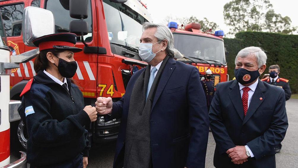 """El jefe de Estado destacó la labor """"voluntaria"""" de los bomberos al encabezar un acto en el que se oficializó la promulgación de la la ley."""