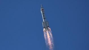 Misión con tres astronautas a bordo se acopló a la estación espacial china