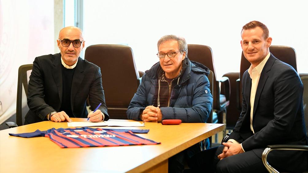 Montero firma el contrato junto al presidente de la institución, Horacio Arreceygor, y el gerente de fútbol, Mauro Cetto.