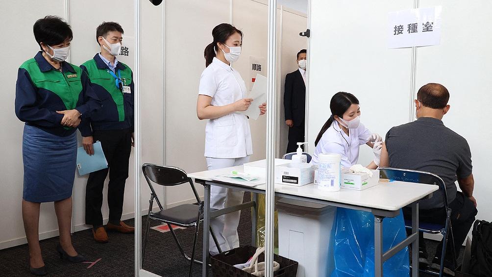 Japón también va a intensificar la campaña de vacunación. Actualmente un 42% de la población está totalmente vacunada
