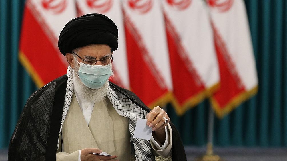 El guía supremo de Irán, el ayatollah Ali Jamenei, emitió en Teherán el primer voto.