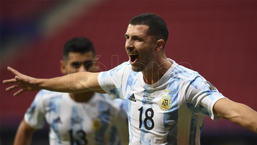 Guido Rodríguez y su bautismo de gol ante Uruguay (Foto: AFP)