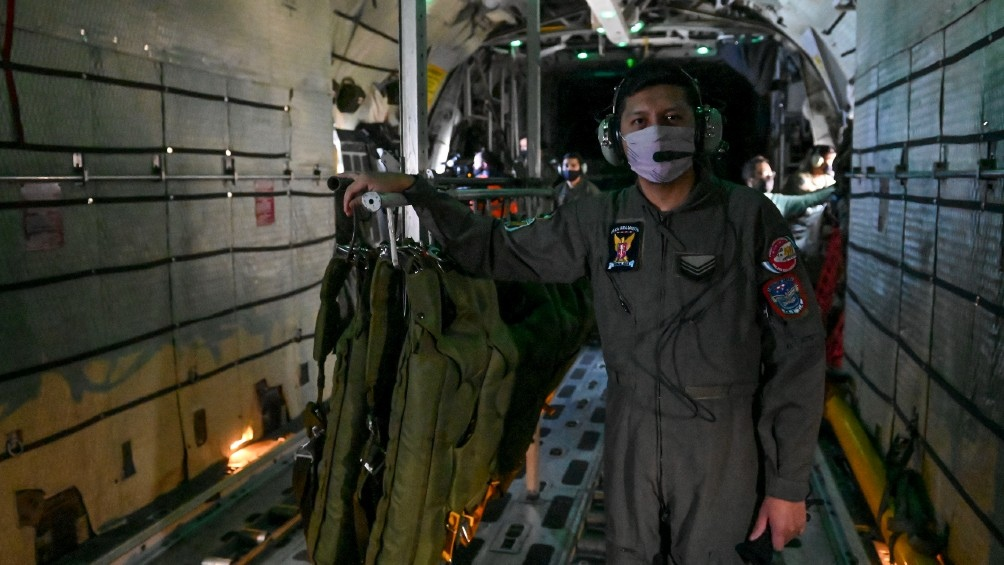 La tripulación del C-130 sobrevuela Rosario. Foto: Sebastián Granata.