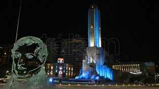 El Monumento a la Bandera se vistió con luces en la previa del día de la enseña patria