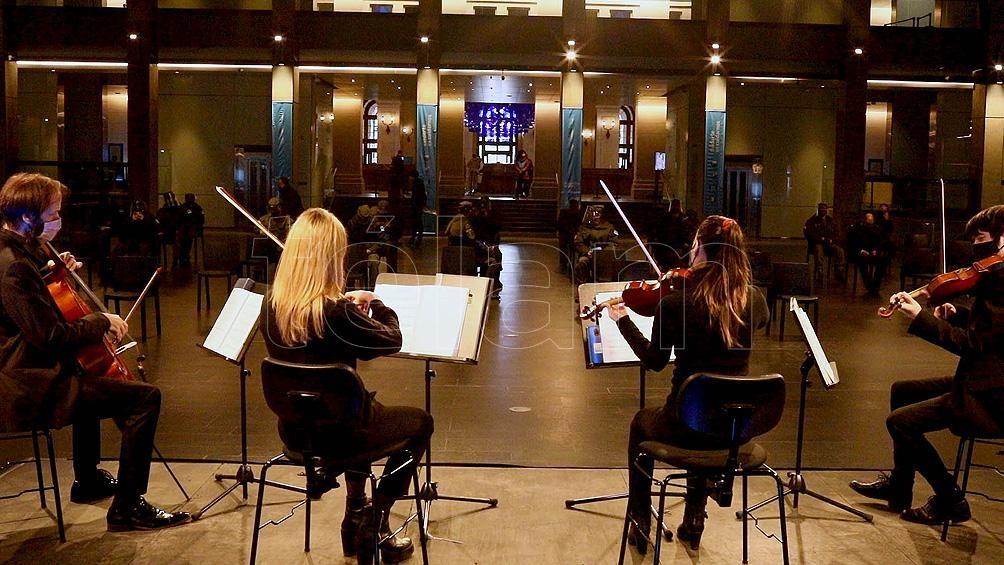 Suenan clásicos del rock nacional interpretados por un trío de cuerdas, tangos de Piazzolla en piano y melodías a capela