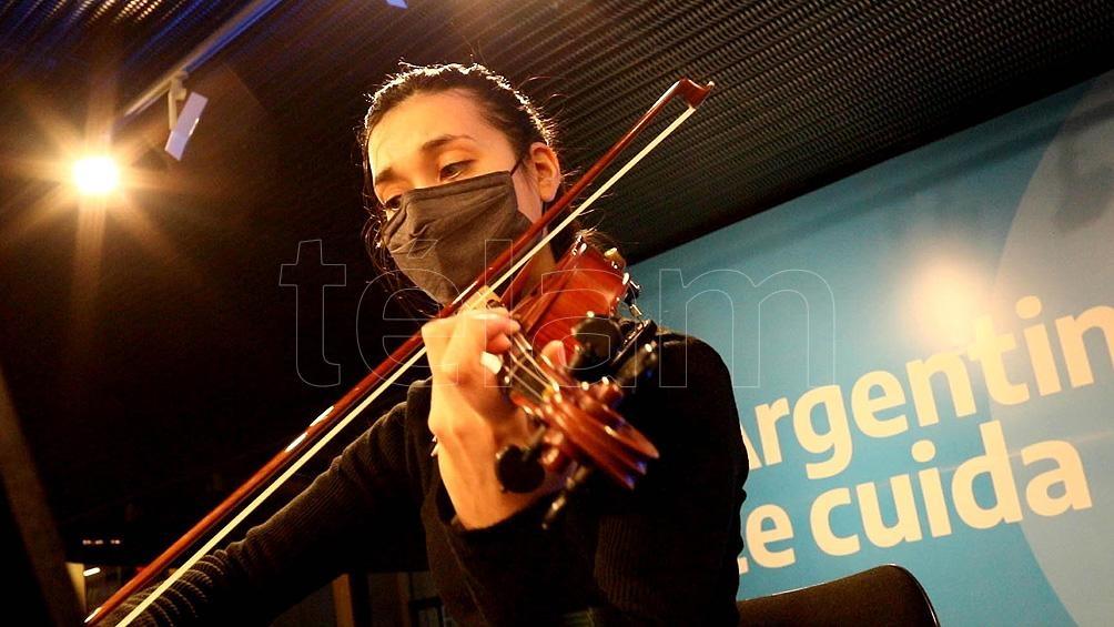 La violinista Julieta Bril forma parte del cuarteto de cuerdas que, de 10:00 a 14:00, musicaliza la espera del vacunatorio.