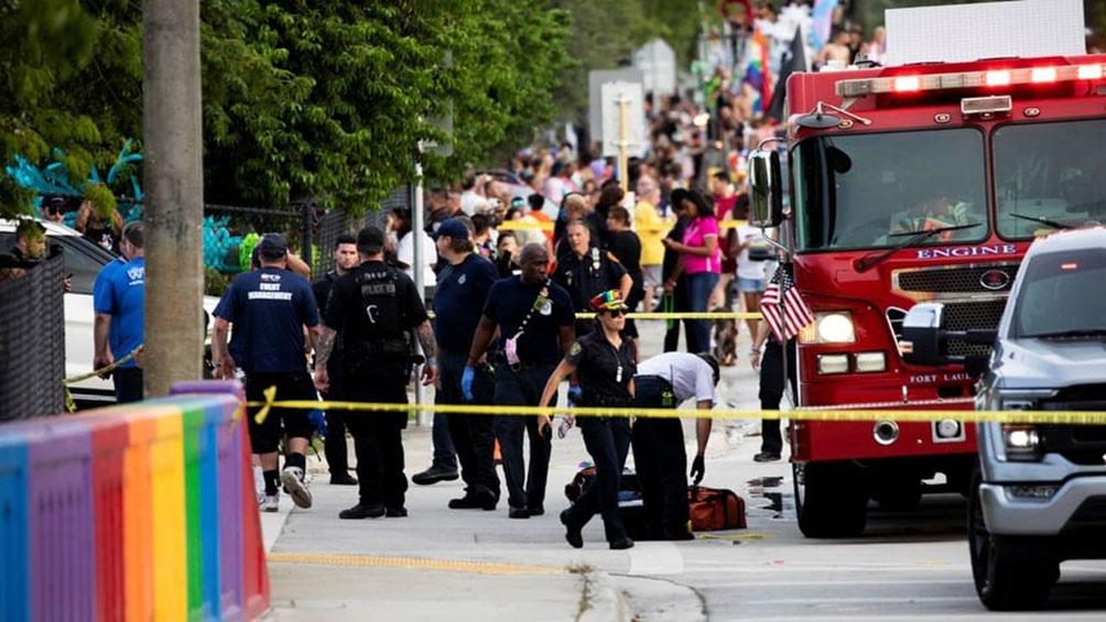 La camioneta había apuntado en realidad al auto de una congresista demócrata, Debbie Wasserman Schultz, que se hallaba en un descapotable esperando participar en la manifestación.