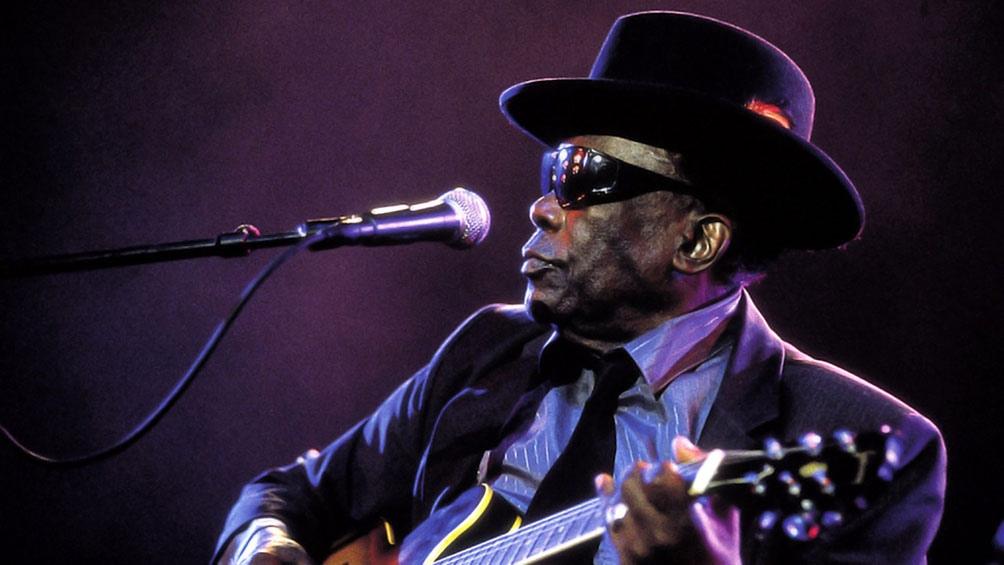 Murió el 21 de junio de 2001 en su residencia. Las crónicas de la época afirman que ocurrió mientras tocaba la guitarra y balbuceaba una melodía.