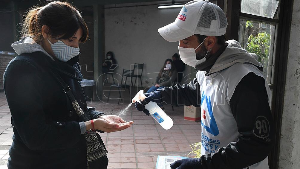 Los voluntarios se ocupan de la logística y la atención y contención de los que llegan a vacunarse.