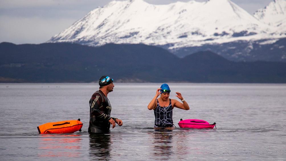 Un grupo de nadadores de Tierra del Fuego se sumergió hoy en el Canal Beagle, sobre la costa de la ciudad de Ushuaia, donde el agua posee una temperatura de entre 2 y 4 grados centígrados