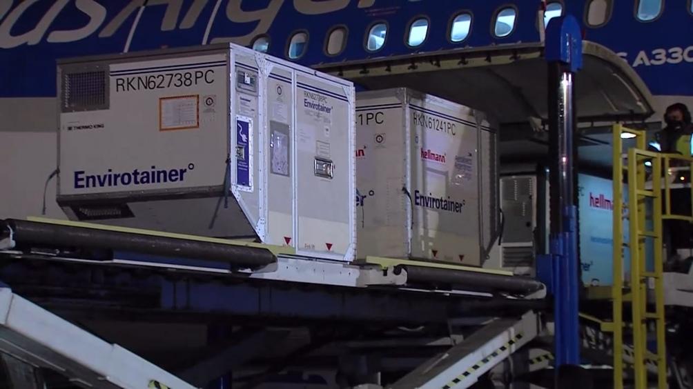 El primero de los dos nuevos vuelos de Aerolíneas Argentinas que transportan desde China vacunas Sinopharm llegó esta tarde al país.