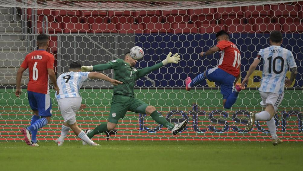 La definición de Gómez sobre Silva para el 1-0 de Argentina sobre Paraguay (Foto AFP)