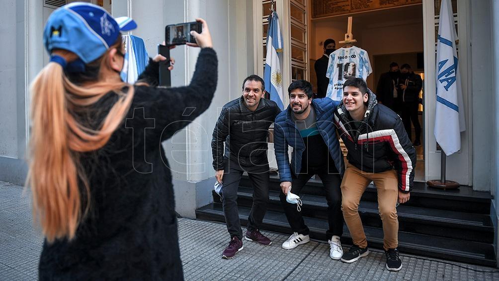 """En la puerta de la AFA se juntaron los fanáticos a celebrar """"el gol del siglo""""."""