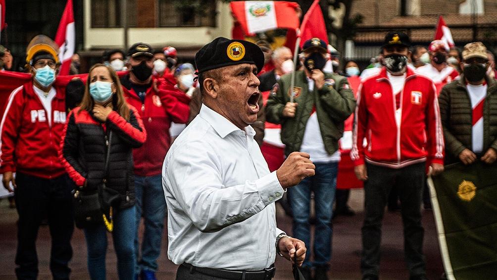 """Cientos de militares retirados se manifestaron anoche en una plaza de Lima en rechazo al supuesto """"fraude"""""""