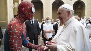 """Francisco saludó a un """"Hombre Araña solidario"""" que le regaló su máscara"""