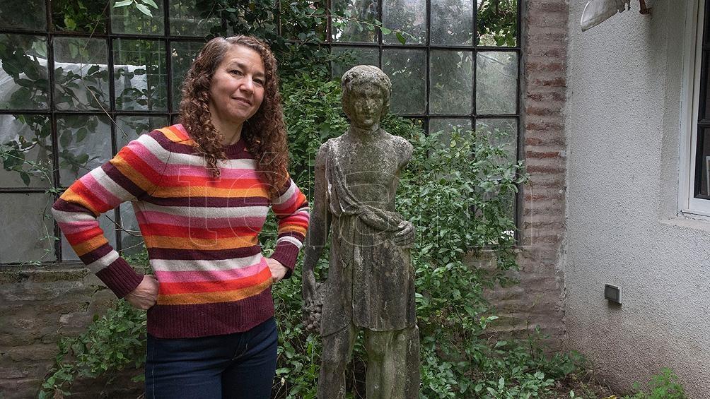 Luciana Sabato, una de las encergadas de guiar el recorrido por el espacio que habitó su abuelo.