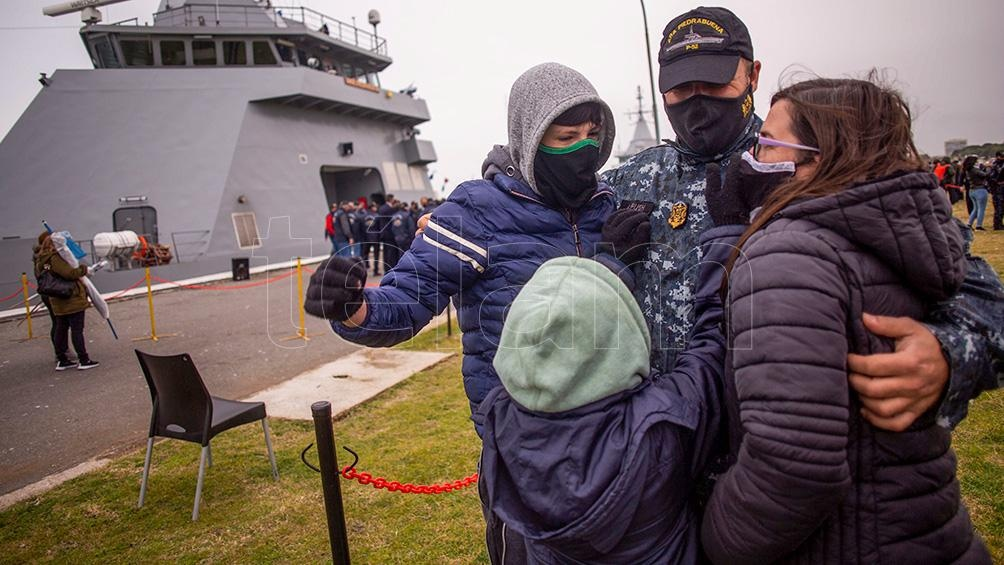 Alegría entre los presentes por la gran adquisión de la Armada Argentina.