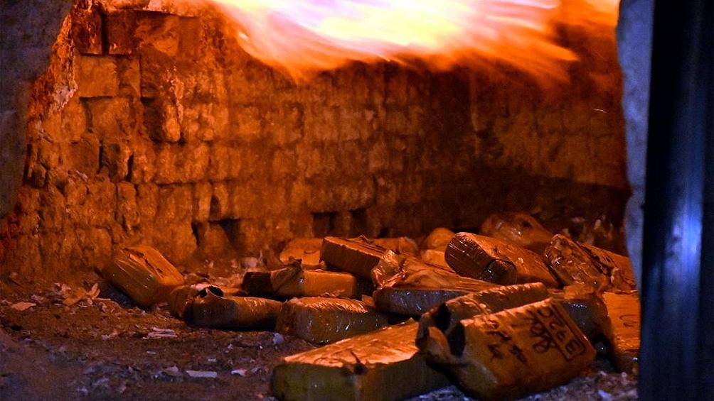 La quema de los 2.900 kilos de marihuana estuvo encabezada por el subsecretario de Seguridad Ciudadana porteño, Juan Sassano, y el presidente del TOC 1 de la Capital Federal, Ricardo Basílico