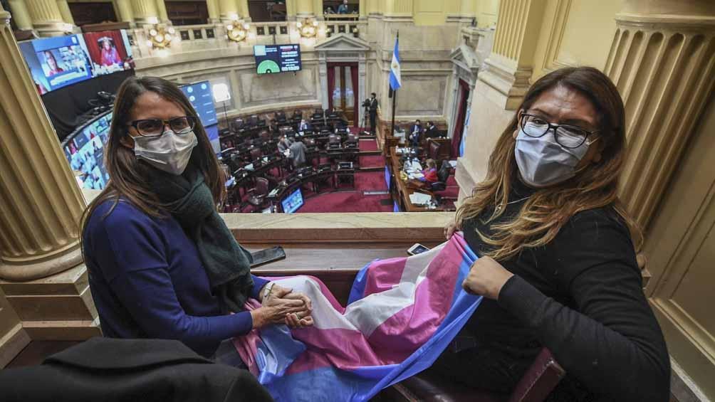 La ministra de Mujeres, Géneros y Diversidad siguiendo el debate y la votación de la ley.