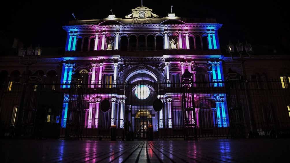 Casa de Gobierno, iluminada con los colores de la bandera de orgullo trans.