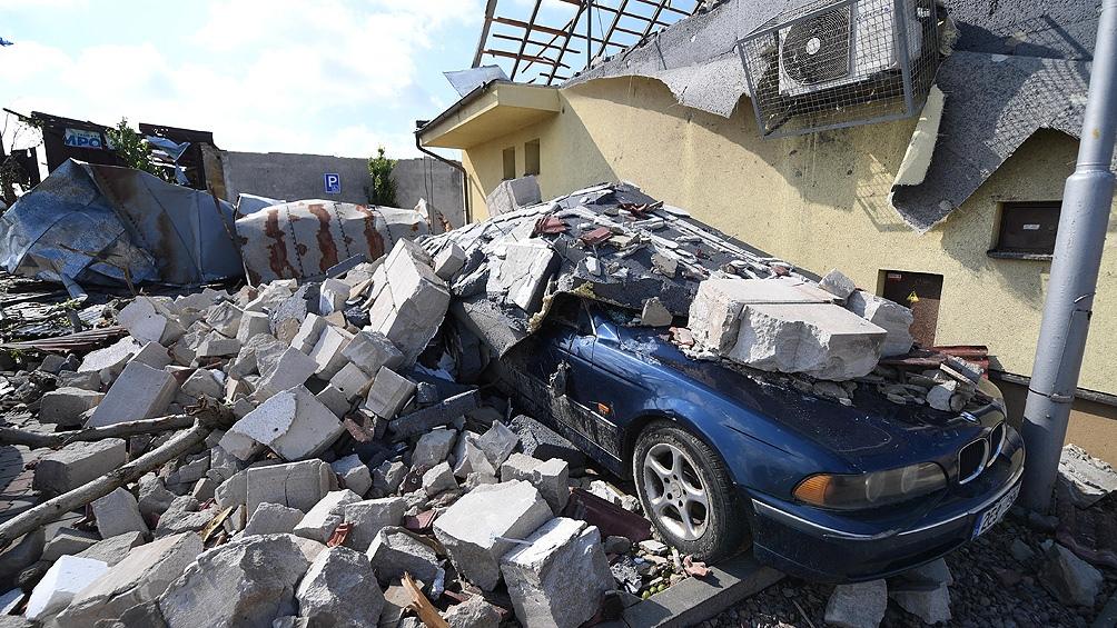 El tornado, acompañado de granizo del tamaño de pelotas de tenis, afectó a varias localidades.