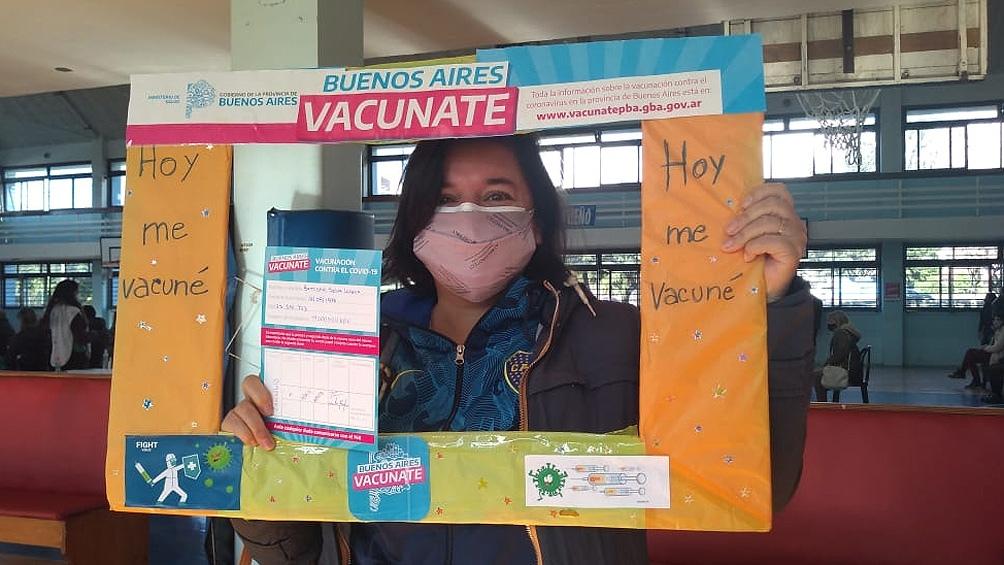 Abuelas convoca a compartir fotos de su vacunación a personas de 40 años para proponer una reflexión sobre la identidad.