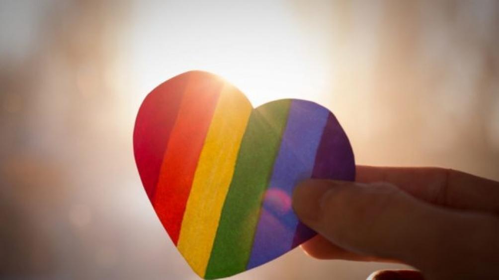 En la marcha de este jueves, activistas de derechos humanos se manifestaron con un corazón inflable de 10 metros con los colores de la bandera LGBTIQ+