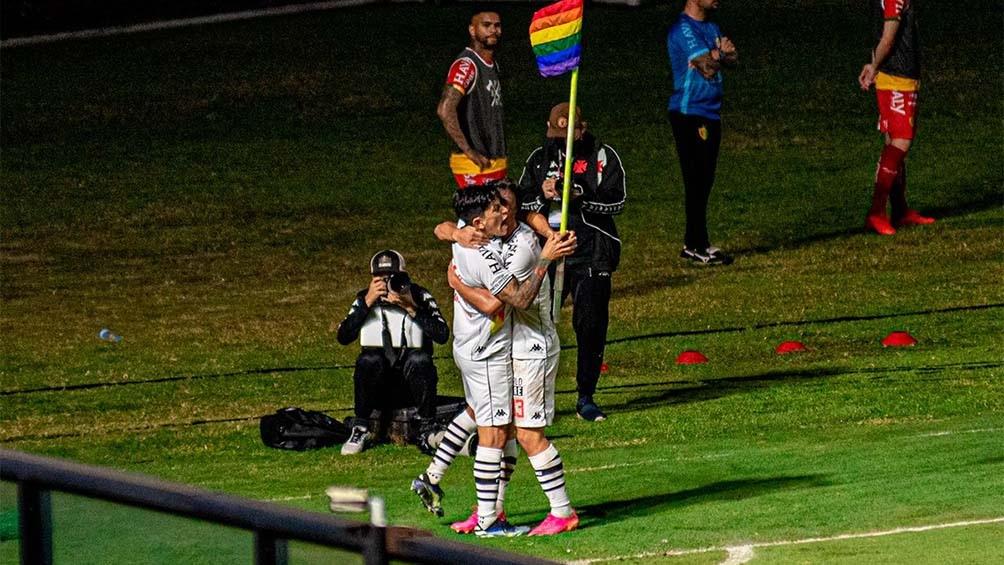 En su camiseta, Vasco da Gama reemplazó la tradicional banda negra que cruza todo el torso de frente por una con los colores del arco iris, en otro gesto de apoyo a la comunidad